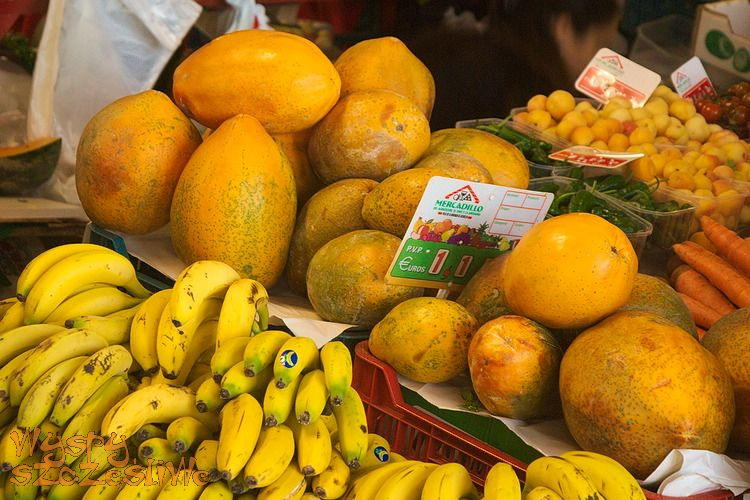 Dojrzałe papaje i banany na targu w La Matanza de Acentejo