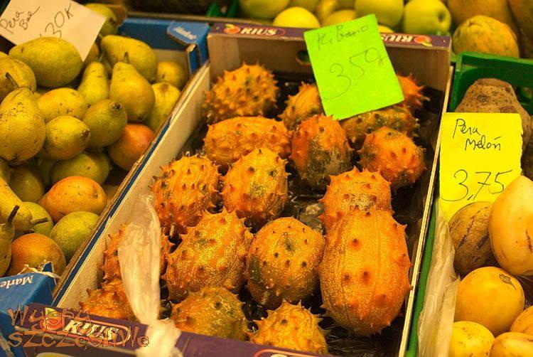 Egzotyczne owoce kiwano na hali targowej w Puerto de La Cruz